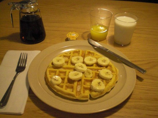 Rockport Inn and Suites: Waffle to order, breakfast included.