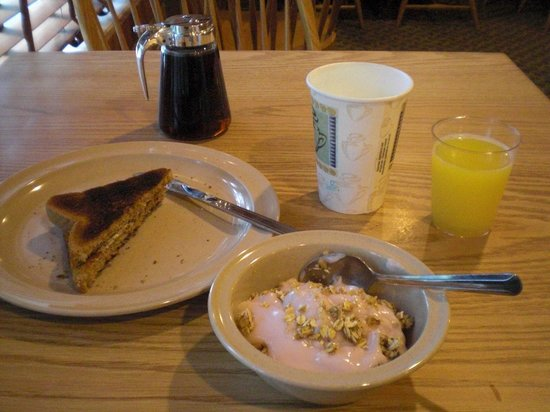 Rockport Inn and Suites : Wide variety of complimentary breakfast items
