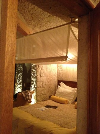 Anatelein Boutique Cave Hotel: Bed area