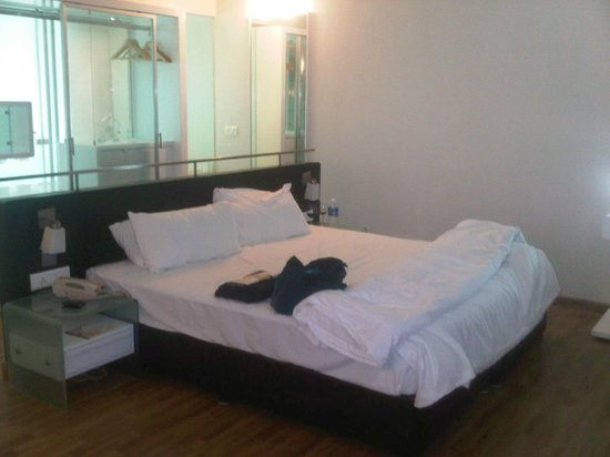 St Laurn Suites: Bed