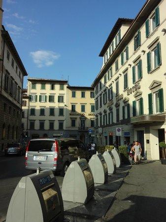 Hotel Boccaccio: バスターミナル(SITA)出口から正面にホテルが見えました