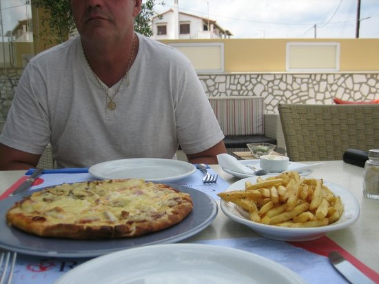 Coral Hotel: Homemade Four Season Pizza, chips and a cold large beer!