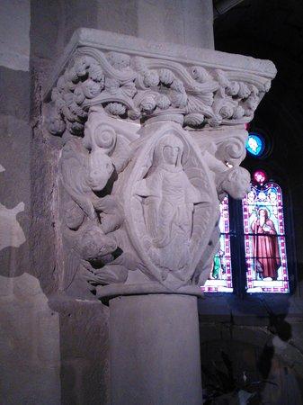 Eglise Heptagonale Sainte Marie : Chapiteau de l'église Ste Marie (12e s.) par le maître de Cabestany! Magnifique..