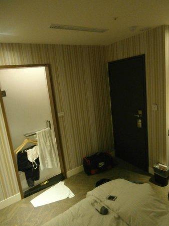 Via Hotel: Entrance to the bathroom (couple room)