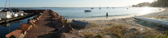 Anchorage Port Stephens: lovely beach next door