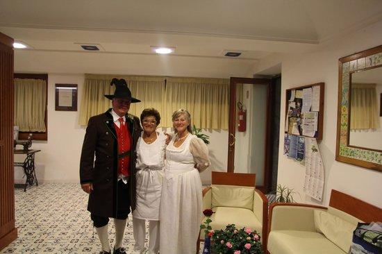 La Primavera: Familiäre Betreuung des Hochzeitspaares aus Österreich (Obergailtaler Tracht)
