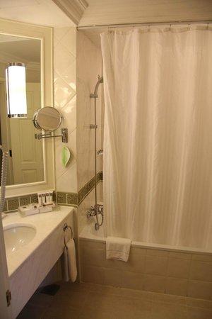 Swissotel Merchant Court Singapore: The bathroom