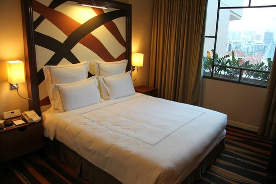 Swissotel Merchant Court Singapore: Spacious room with comfortable bed