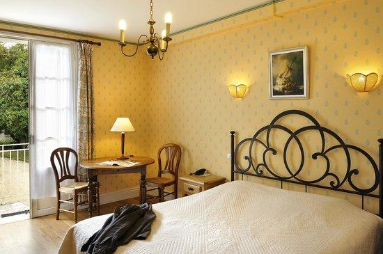 Logis Manoir de la Giraudiere : chambre double