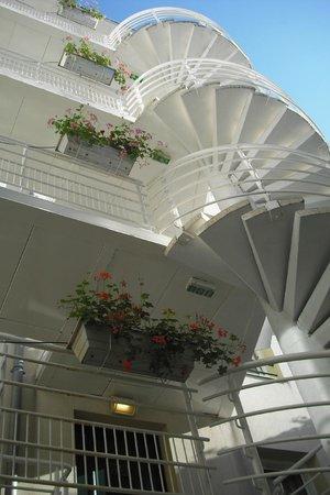 Qualys Hotel Apolonia Mouffetard Paris 5 : Vista do hotel tirada de um pequeno jardim.