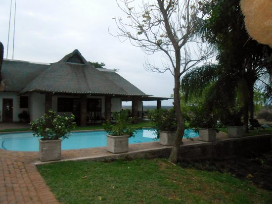 Buhala Lodge: Pool area with the river in the background