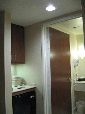 Holiday Inn Grand Rapids - Airport : Door open from room to bathroom (toilet room closed)