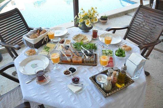Sedirli Ev: our breakfast by the pool side