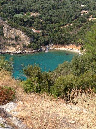 Paleokastritsa Beach : Dalla rupe del Monastero vedi spiaggette fantastiche