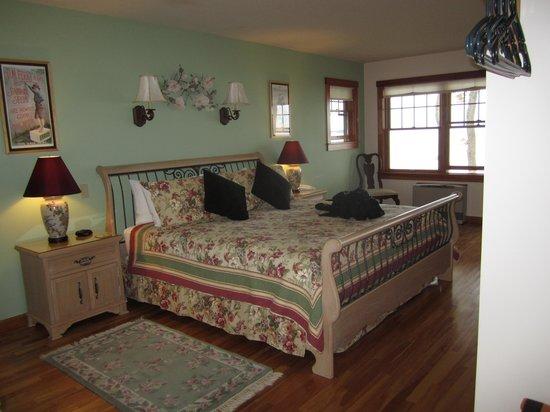 Cedarholm Garden Bay Inn: Tern Cottage - Bed