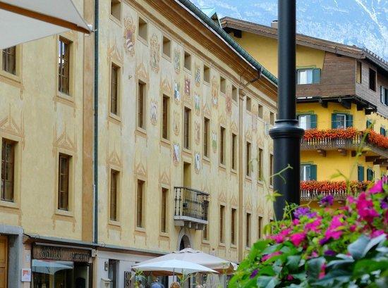 Hotel Cortina: テラス越しに美しい建物が臨める