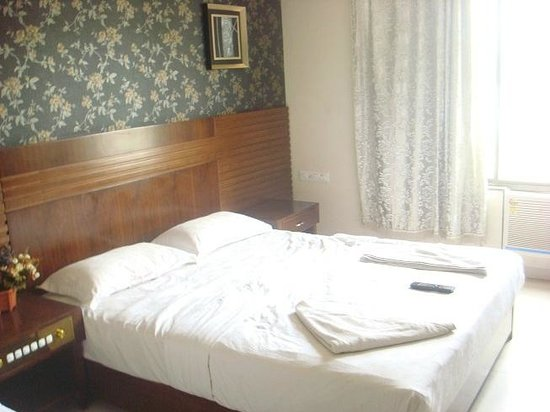 Hotel Sai Sangeeta: The Double Bed beside the single bed for kid