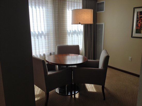 Battery Wharf Hotel, Boston Waterfront: Gold One Bedroom Dining Area