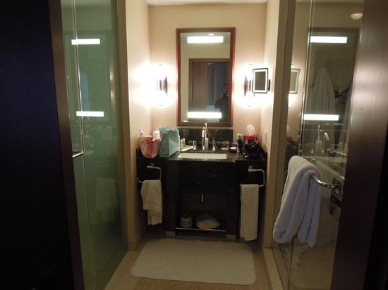 Battery Wharf Hotel, Boston Waterfront: Gold One Bed Suite Bathroom