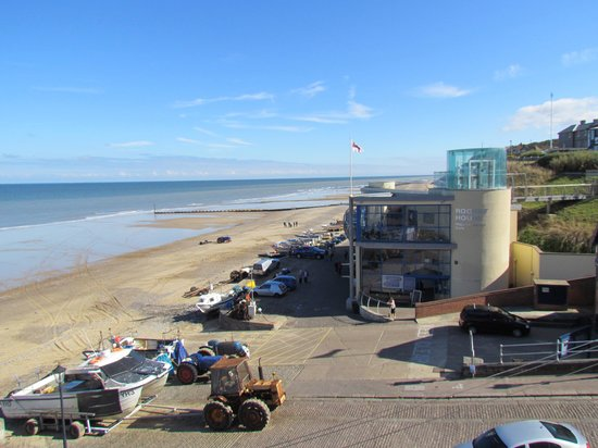 Rocket House Cafe: The cafe and beach