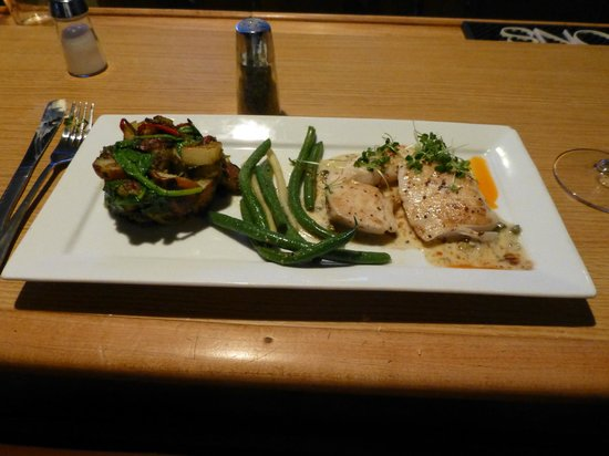 Sacajawea Hotel: Halibut, green beans and potato cake