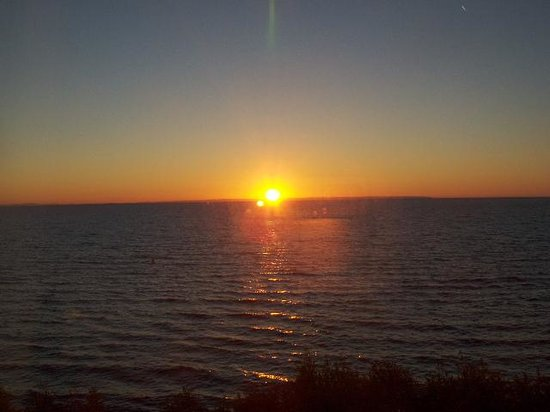 Magnuson Grand Hotel Lakefront Paradise: Sunrise over Whitefish Bay