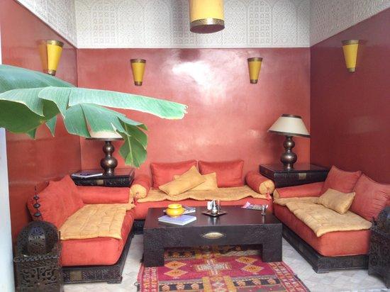 Riad Pachavana: un des salons en plein air