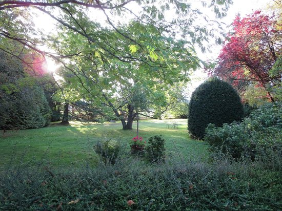 Domaine de Jean-Pierre : The grounds with the changing colors of leaves.