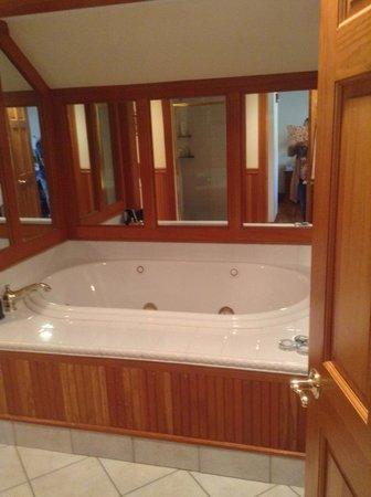 The Wentworth: Arden Room 406 Bath