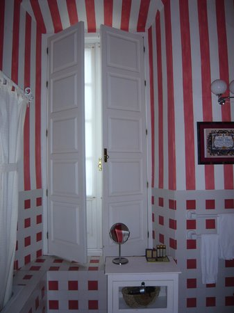 Casa Palacio Conde de la Corte : Baños de habitaciones, pintados cada una de un color