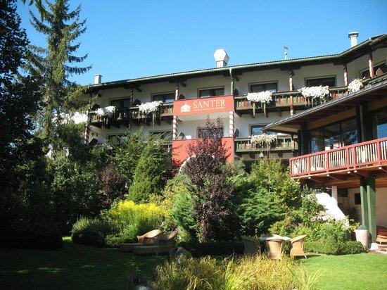 Romantik Hotel Santer: vista della struttura dalla piscina esterna
