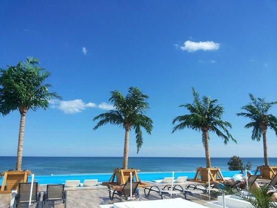 INTERNATIONAL Hotel Casino & Tower Suites: Вид на море с бассейна