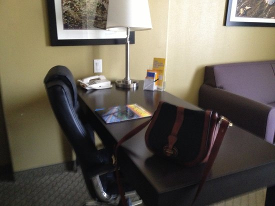 La Quinta Inn & Suites Austin - Cedar Park: Desk in king room.