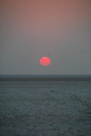 Meno a Kwena Tented Camp: sunset on the salt pans