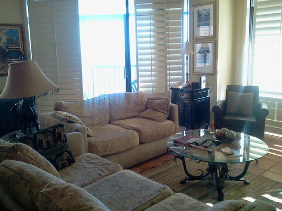 Beach Colony Resort: Living room area of our suite.