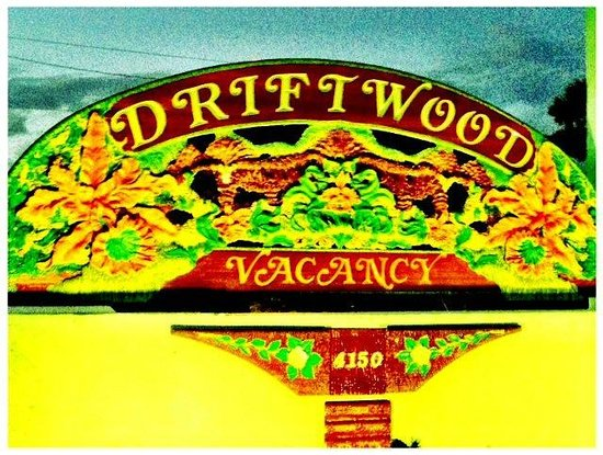 Driftwood Motel : The entry sign reflects the charm and ambiance of the place.