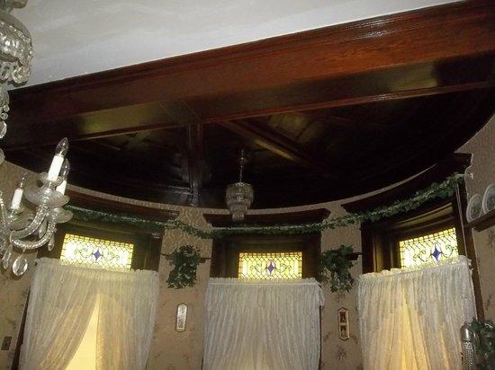 Grammy Rose's Bed & Breakfast : Ceiling woodwork