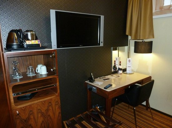 Hotel Katajanokka: Desk, minibar & tea/coffee & kettle