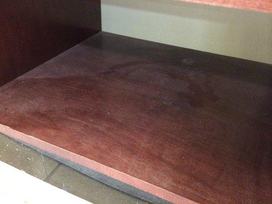 Residence Inn New Orleans Covington/North Shore : Dust on Shelf