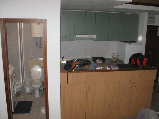Bol Apartments Gospojica: Bathroom and kitchen
