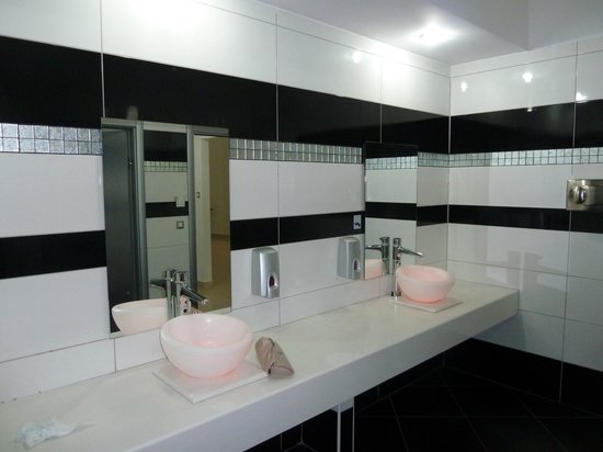 Atrium Platinum Hotel: Funky bathroom next to a la carte restaurants - pink for girls