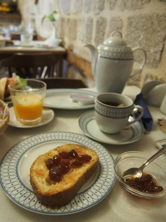 Camelot hotel: Homemade grape jam with freshly squeezed orange juice