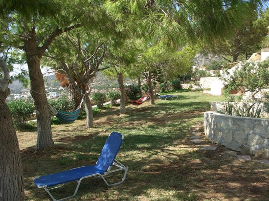 Aroma Creta Hotel Apartments & Spa : Внутренний дворик с гамаками