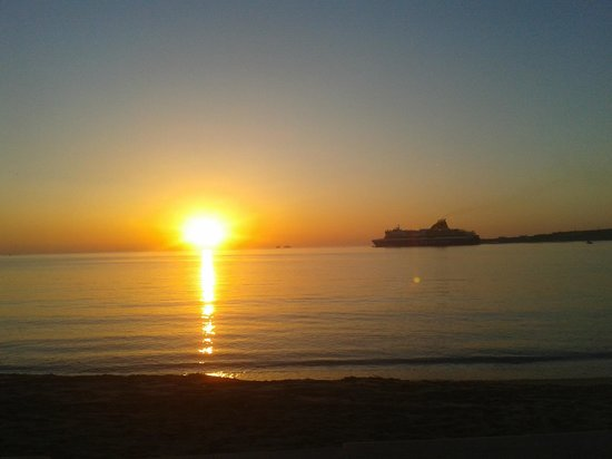 Meltemi Cafe: View of the sunset, with the arrival of the ship.