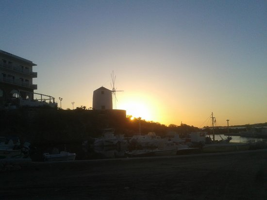 Meltemi Cafe: Sunset behind the Windmill
