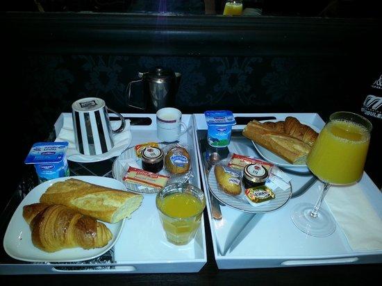 Hotellerie Paris Saint-Honore : Desayuno. Lo servían así en bandejas.