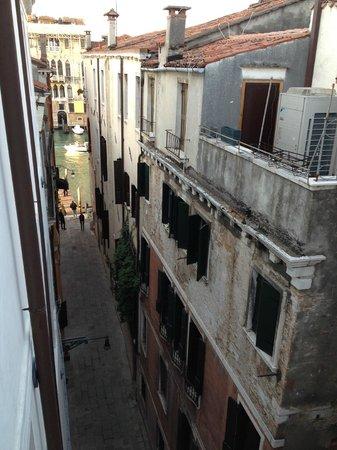 Hotel Dei Dragomanni: Street view