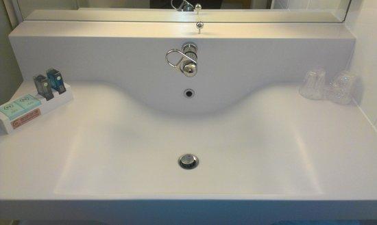 Novotel Newcastle Airport : Modern Sink