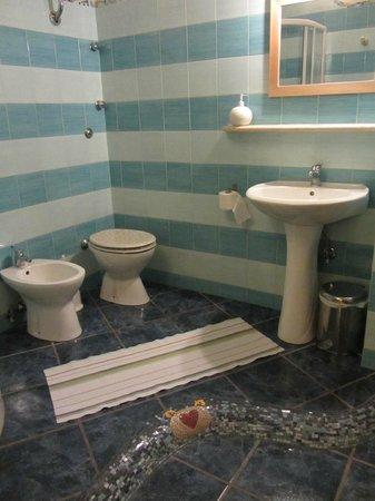 B&B La Ciumachella: Part of the bathroom, seen from the door