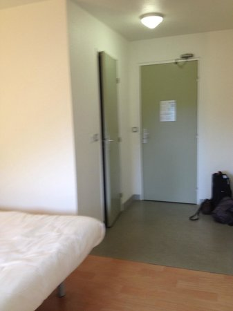 Ibis Budget Lorient Hennebont : entrance and bathroom doors
